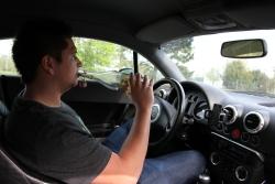 Ein Fahrer, der Alkohol trinkt