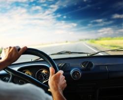 Ein Autofahrer am Steuer