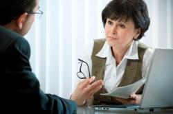 Eine Beraterin bei einer verkehrspsychologischen Besprechung