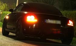 Ein Auto blinkt, weil es Abbiegen will