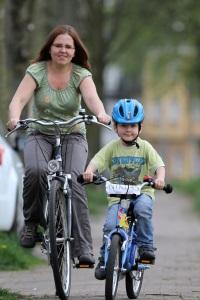 Richtungswechsel sollten auf dem Fahrrad immer per Handzeichen signalisiert werden.