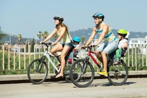 Mit dem Fahrrad ein Kind zu transportieren, ist nur mit Sicherheitsvorrichtungen erlaubt.