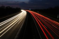 Die Geschwindigkeiten auf der Autobahn werden durch eine lange Belichtung illustriert