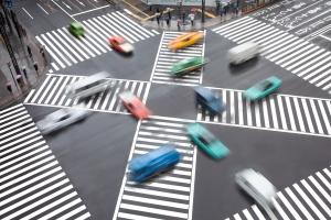 Der Kreuzungsverkehr wird durch den Grünpfeil reguliert