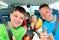 Kinder im Auto freuen sich auf Urlaubsreise