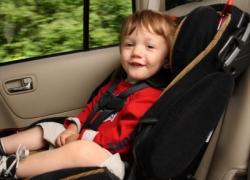 Ein angeschnalltes Kleinkind sitzt im Auto