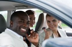 Einige Leute sitzen gut gelaunt im Auto