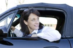 Eine Autofahrerin biegt vorsichtig ab