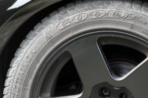 Sie sollten die Reifen wechseln, um Ihr Auto winterfest zu machen.