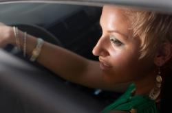 Eine vorsichtige Autofahrerin in Portugal
