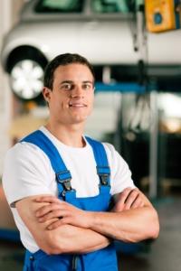 Ein Automechaniker in der Werkstatt