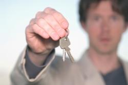 Ein Autofahrer zeigt den Autoschlßssel