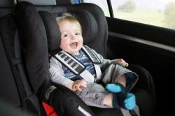Ein Baby ist mit Sicherheitsgurt angeschnallt