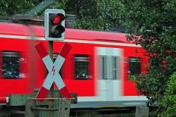 Ein Bahnübergang hinter Andreaskreuz
