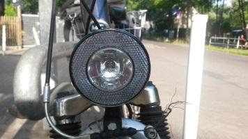 Eine weiße Fahrradlampe vorn ist gesetzlich vorgeschrieben.