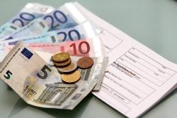 Geldscheine und ein Bußgeldbescheid