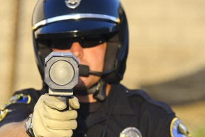 Die Laserpistole ist das gängigste mobile Geschwindigkeitsmessgerät.