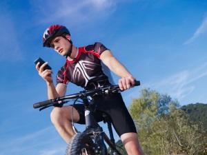 Ein Handy auf dem Fahrrad zu nutzen, zieht ein Bußgeld nach sich.