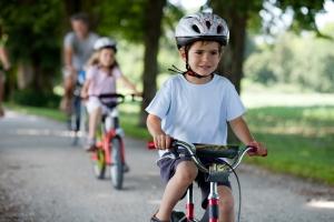In manchen Ländern besteht eine Helmpflicht für Kinder