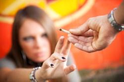 Eine Frau lehnt den Cannabis-Konsum ab