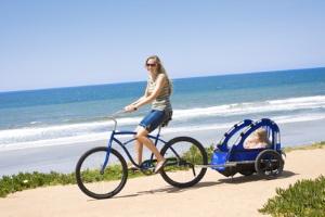 Ein Kindertransport mit dem Fahrrad ist auch mit einem Anhänger möglich.