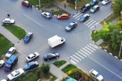 Straßenverkehr an einer Kreuzung
