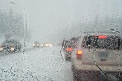 Autos auf der Straße bei Regen