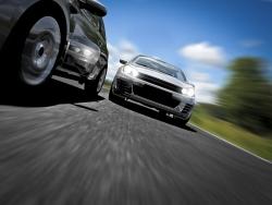 Schnelle Autos fahren auf der Straße