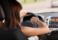 Eine Fahrerin prüft die Uhrzeit