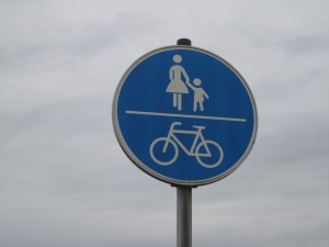 Das Verkehrsschild mit Fahrrad und Fußgänger in der Abbildung erlaubt eine geteilte Nutzung des Weges.