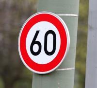 Ein Verkehrszeichen setzt das Tempolimit 60 km/h