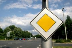 Das Verkehrszeichen Vorfahrt zeigt eine Vorfahrts-Straße an
