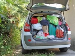 Der Kofferraum des Autos ist vollbepackt